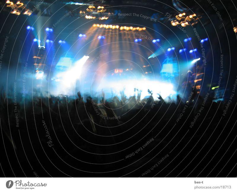 Konzerteindrücke Menschenmenge Pogo Bühne Disco Stimmung Licht Lightshow Diskjockey Fan laut Menschengruppe Musik Schnur Lagerhalle Kocht schreien Lautsprecher