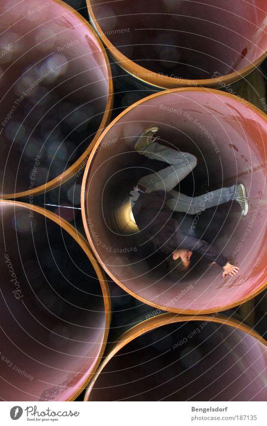 Zeitreisender Mensch Jugendliche Bewegung außergewöhnlich Junger Mann Röhren drehen Farbfoto Maschine Handstand Tunnelblick verrenken gelenkig Zeitmaschine