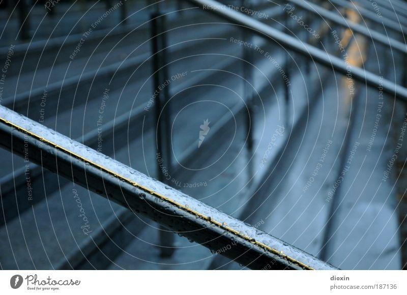 rainy night schlechtes Wetter Regen Stadt Menschenleer Stein Beton Metall festhalten kalt nass blau silber Treppe Treppengeländer feucht Nacht Farbfoto