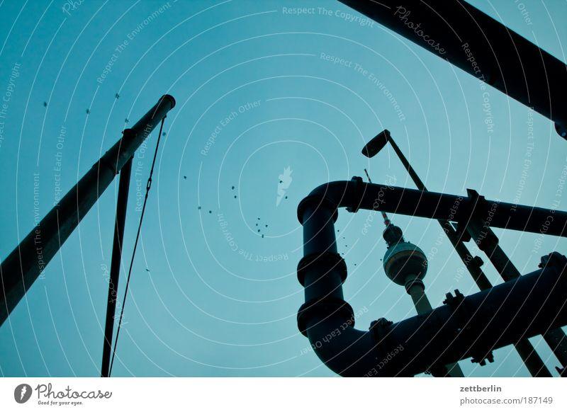 Der Fernsehturm ist nicht leicht zu finden. Himmel Wolken Berlin Architektur Turm Bauwerk Röhren Wahrzeichen Eisenrohr durcheinander Hauptstadt Schleife Berliner Fernsehturm Antenne Rohrleitung