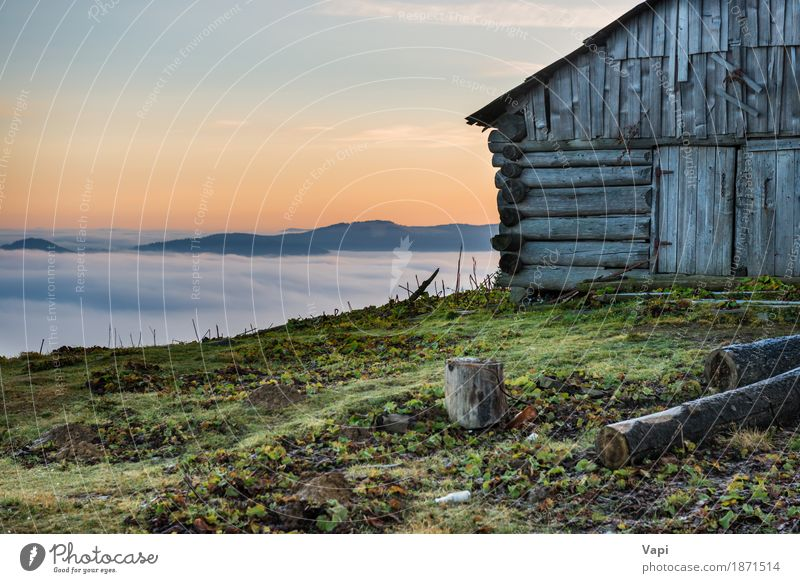 Altes Haus vor schöner Natur mit Wolkenozean Himmel Ferien & Urlaub & Reisen alt Pflanze blau Sommer grün weiß Sonne Baum Landschaft rot Einsamkeit