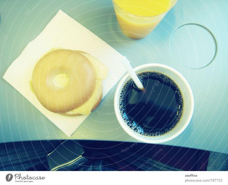 Frühstück mit Tiffany Lebensmittel Käse Brötchen Bagel Kaffeetrinken Fastfood Heißgetränk Saft Serviette Luftverkehr Flugzeug Passagierflugzeug im Flugzeug