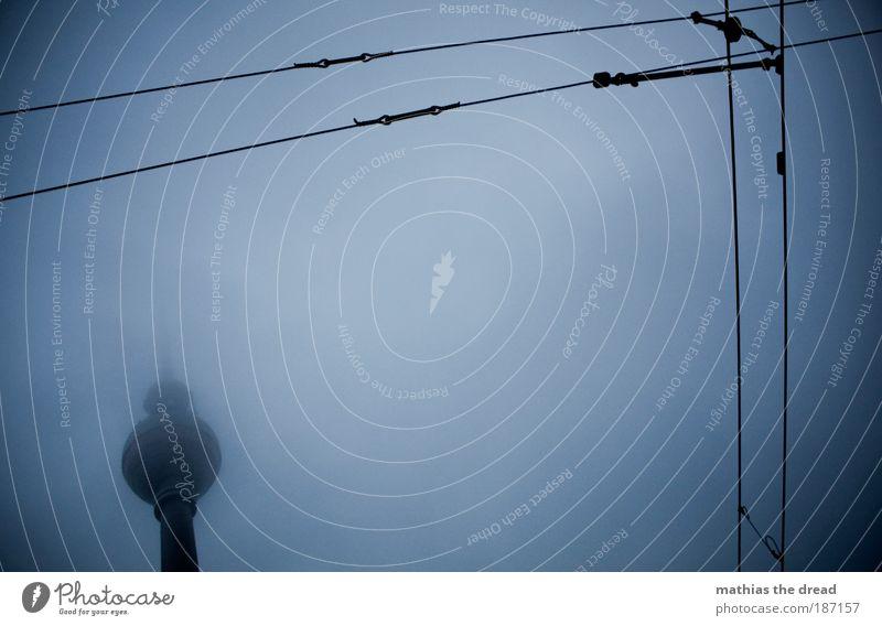 FAST IM NEBEL VERSTECKT Wolken Herbst dunkel kalt Berlin Architektur klein Gebäude Linie Nebel hoch Elektrizität trist Bauwerk gruselig Leitung