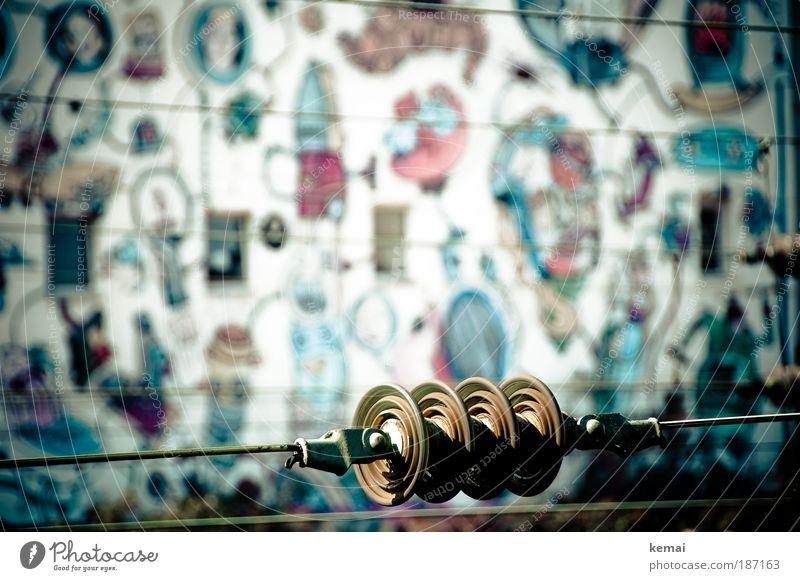 Unter Hochspannung Graffiti Leitung Elektrizität Mauer Wand Fassade Schienenverkehr Bahnhof Hochspannungsleitung rund trist blau braun mehrfarbig Kreativität