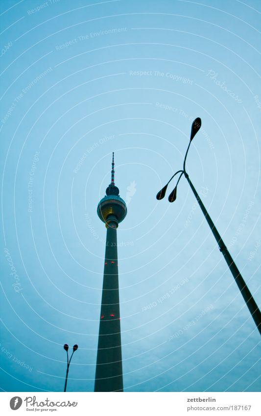 Ein Turm, zwei Laternen Himmel Wolken Berlin Architektur Lampe Bauwerk Wahrzeichen Hauptstadt Berliner Fernsehturm Antenne Blauer Himmel Alexanderplatz