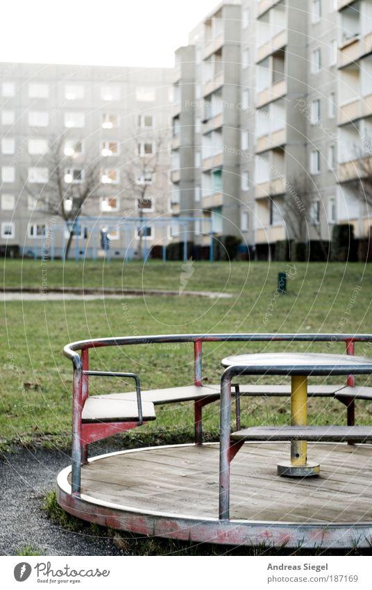 Was bleibt. Was wird. 20 Jahre danach. Stadt Haus Spielen Stil grau Gebäude Architektur Wohnung Hochhaus Lifestyle trist authentisch Wandel & Veränderung