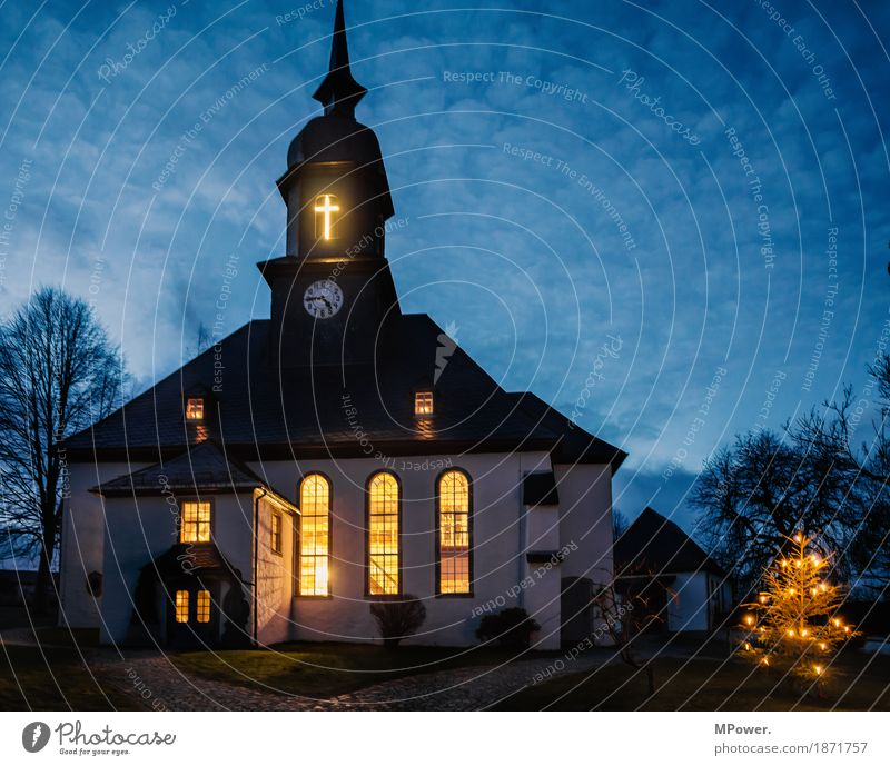 weihnachtszeit Dorf Altstadt Bauwerk Architektur Sehenswürdigkeit Wahrzeichen Denkmal alt Kirche Kreuz Weihnachten & Advent Weihnachtsbaum Gottesdienst leuchten