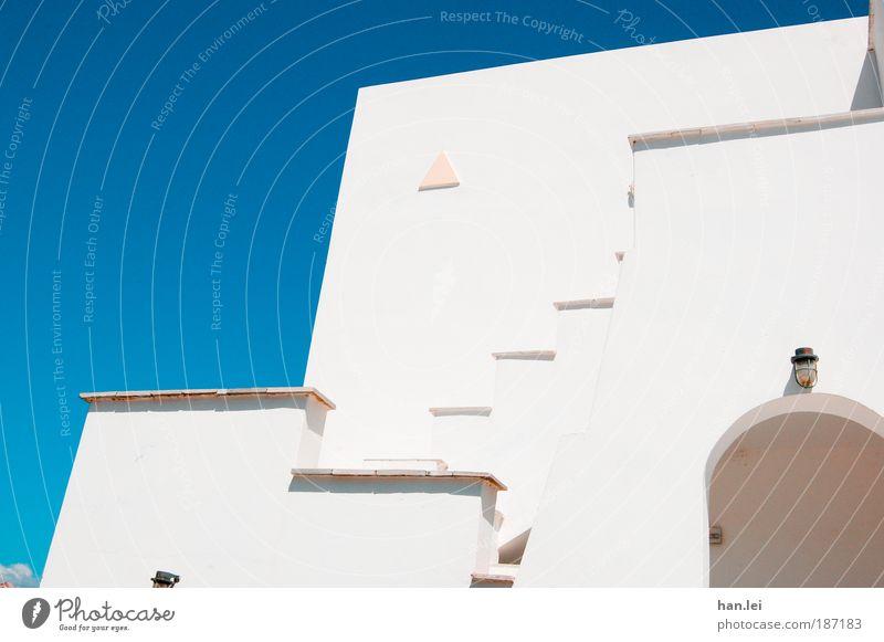 Linienwirrwarr Sommerurlaub Haus Schönes Wetter Treppe Fassade Balkon Terrasse einfach blau weiß Perspektive Blauer Himmel Wand Torbogen Griechenland