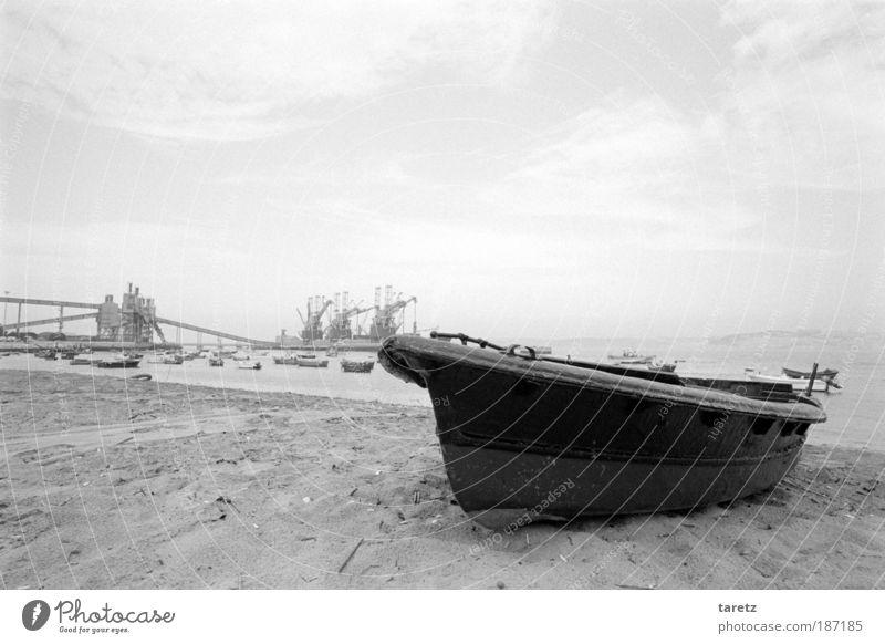 Industrieidylle Wasser Himmel Stadt Sommer Strand Ferien & Urlaub & Reisen Wolken Ferne grau Sand dreckig Armut modern trist Güterverkehr & Logistik