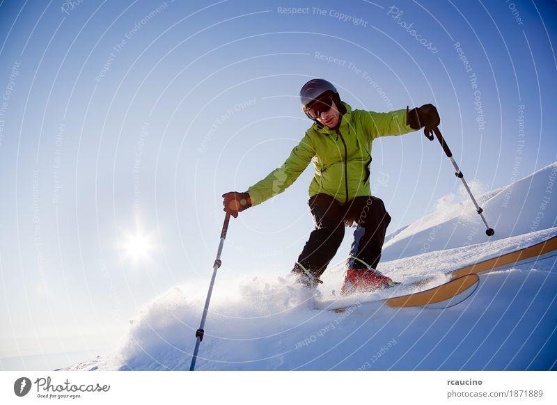Freeride-Skifahrer Sonne Winter Schnee Berge u. Gebirge Sport Skifahren Junge Mann Erwachsene Landschaft Himmel kalt blau grün Einsamkeit Nachmittag Gegenlicht