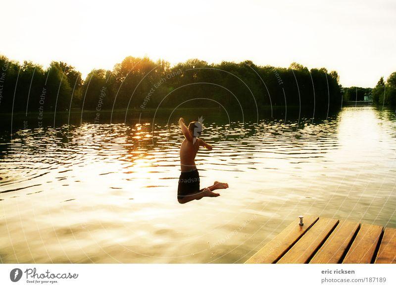 ...und spring!!! Mensch Kind 1 8-13 Jahre Kindheit Natur Landschaft Wasser Himmel Sonnenaufgang Sonnenuntergang Sommer Seeufer Flussufer Strand Fitness springen