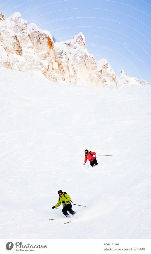 Zwei Skifahrer gehen im Pulverschnee bergab Winter Schnee Berge u. Gebirge Sport Skifahren Mann Erwachsene Landschaft kalt grün weiß Kaukasier Klarer Himmel