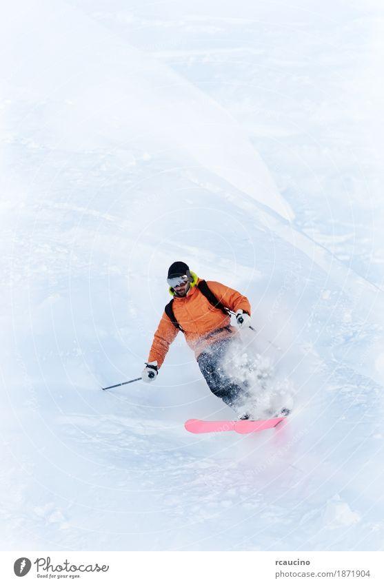 Junger männlicher Freeride-Skifahrer, der eine Drehung im Pulverschnee macht Winter Schnee Berge u. Gebirge Sport Skifahren Mann Erwachsene weiß Kaukasier