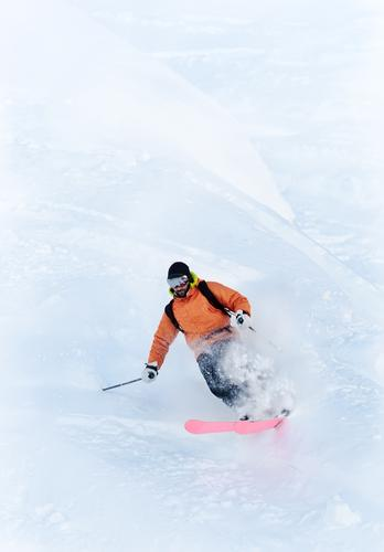 Junger männlicher Freeride-Skifahrer, der eine Drehung im Pulverschnee macht Mann weiß Winter Berge u. Gebirge Erwachsene Sport Schnee Skifahren vertikal extrem