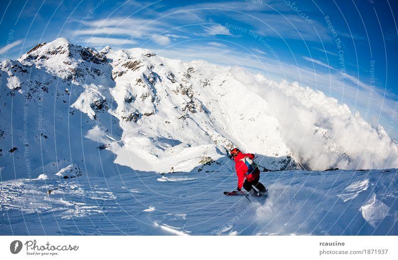 Man fährt im frischen Schnee bergab. Westalpen, Italien Winter Berge u. Gebirge Sport Skifahren Junge Mann Erwachsene Landschaft Himmel Jacke blau rot extrem