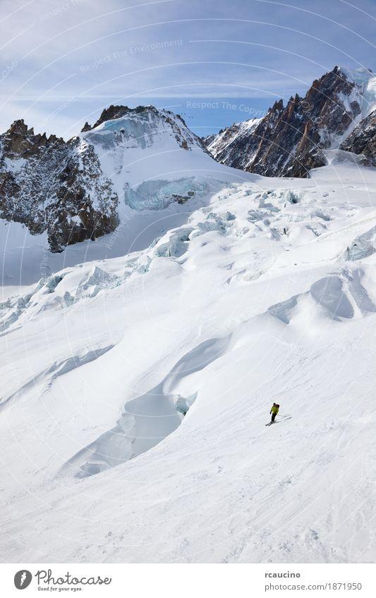 Männlicher Skifahrer, der sich unten in Schneepulver bewegt Freude Abenteuer Winter Berge u. Gebirge Sport Skifahren Mann Erwachsene Landschaft Himmel Gletscher