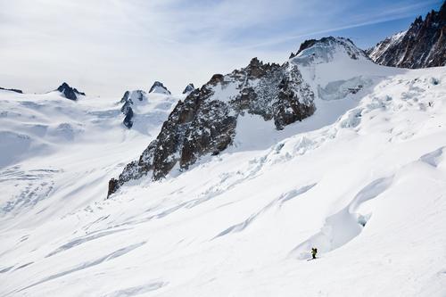 Männlicher Skifahrer, der sich unten in Schneepulver bewegt Himmel Mann grün Landschaft Freude Winter Berge u. Gebirge Erwachsene Sport Europa Abenteuer