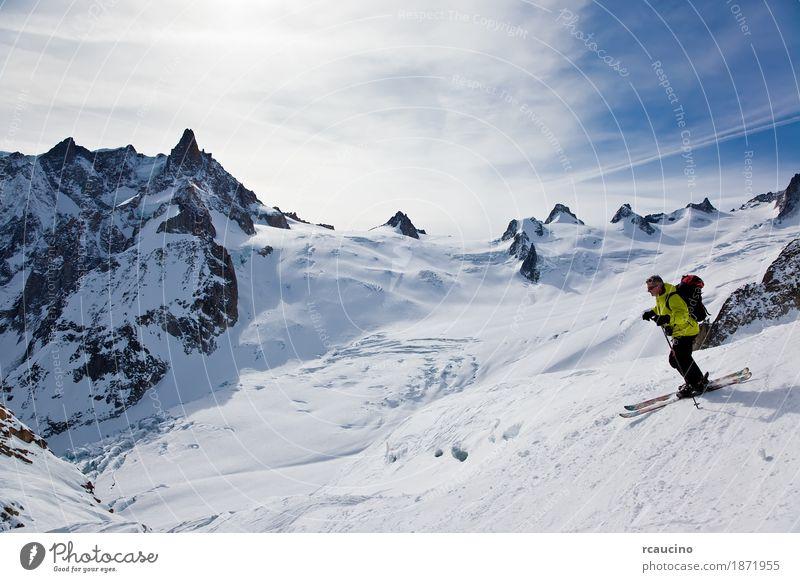 Skifahrer in Vallèe Blanche, Chamonix, Mont Blanc-Massiv, Frankreich Freude Abenteuer Winter Schnee Berge u. Gebirge Sport Skifahren Mann Erwachsene Landschaft