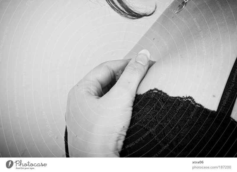 stille feminin Frau Erwachsene 1 Mensch elegant Hand BH Schmuckanhänger Haare & Frisuren Fingernagel Dekolleté Schwarzweißfoto Innenaufnahme Nahaufnahme
