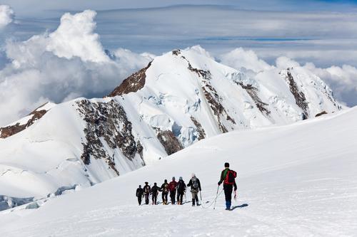Mountaneers, die auf den Monte Rosa-Gletscher, die Schweiz gehen Frau Mann Sommer weiß Landschaft Wolken Winter Berge u. Gebirge Erwachsene Schnee Sport wandern