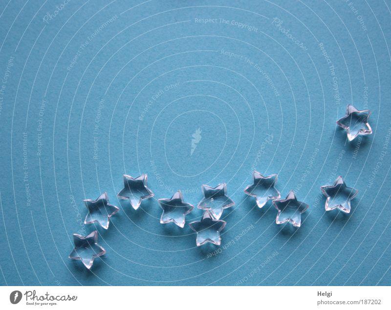 Glassterne liegen auf einem blauen Hintergrund mit Textfreiraum Dekoration & Verzierung Kitsch Krimskrams Zeichen glänzend ästhetisch eckig einfach klein Spitze