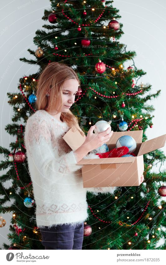 Junges Mädchen, das zu Hause Weihnachtsbaum verziert Lifestyle Freude Dekoration & Verzierung Feste & Feiern Weihnachten & Advent Mensch Jugendliche 1
