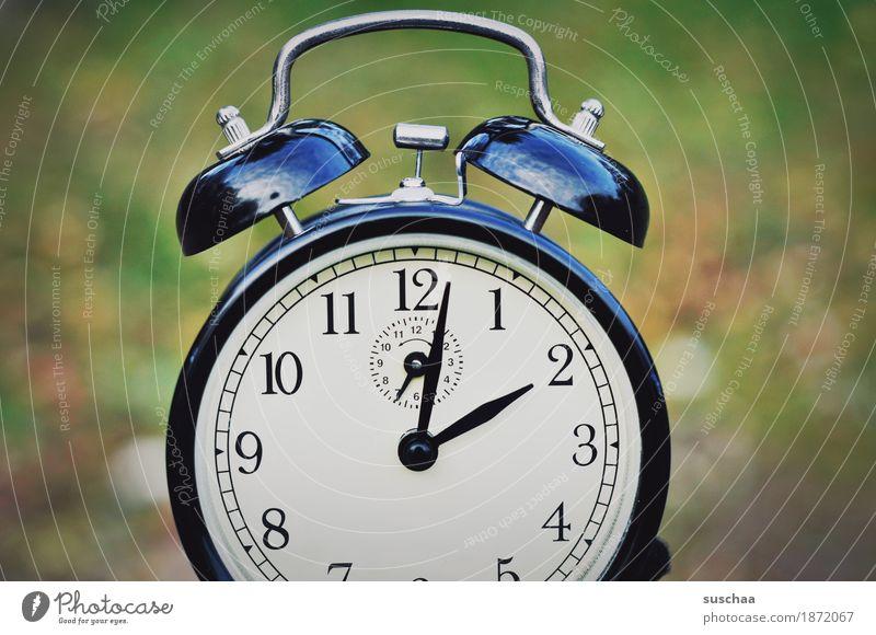 rrrrrrrrrringggggggggggggggggggg Uhr Wecker Zeit Geräusch klingeln wecken aufstehen uhr stellen weckruf Ziffern & Zahlen Zifferblatt Herbst Außenaufnahme
