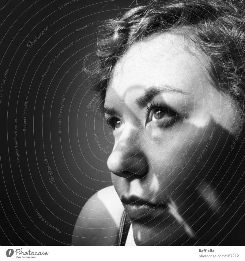 ende Jugendliche Gesicht Auge feminin Haare & Frisuren träumen Traurigkeit Denken Mund warten Erwachsene Nase Mensch Frau Reflexion & Spiegelung Locken
