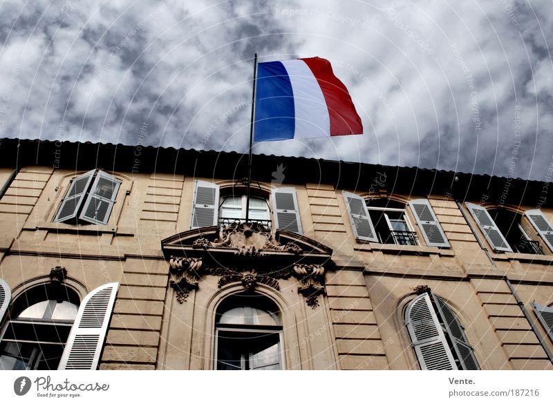 Vive la France. blau Wolken Ferne Fenster Architektur Stil Stein Metall Kunst elegant Gold Beton Häusliches Leben Kultur Fahne