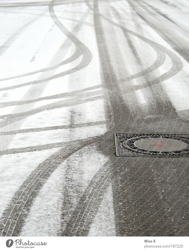 Rutschpartie schlechtes Wetter Eis Frost Schnee Menschenleer Verkehr Verkehrswege Straßenverkehr Wege & Pfade kalt gefährlich Gully Reifenspuren Spuren Kurve