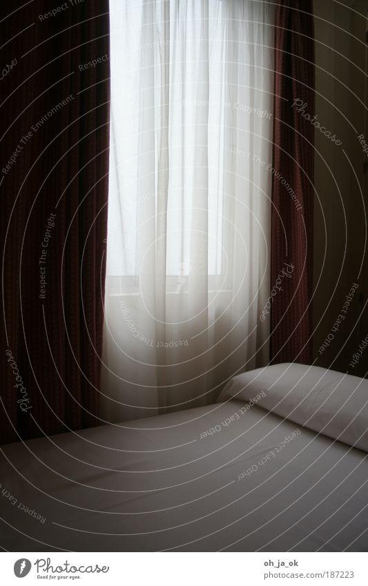 du weißt warum Ferien & Urlaub & Reisen ruhig Einsamkeit dunkel Erholung Traurigkeit leer Bett Sauberkeit Hotel Langeweile Vorhang Raum ausdruckslos Gardine