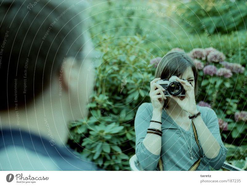 Früher war die Welt noch analog Mensch Natur Jugendliche schön grün Pflanze Sommer feminin Paar Perspektive Mann Fotografie Erwachsene maskulin Frau Brille