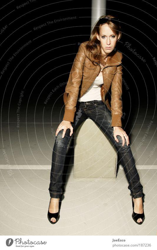 abwarten... Lifestyle elegant Stil schön feminin Frau Erwachsene Leben Beine 18-30 Jahre Jugendliche Bekleidung T-Shirt Jeanshose Leder Damenschuhe langhaarig