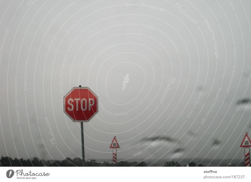IN THE NAME OF LOVE Regen Natur stagnierend Verkehrsschild schlechtes Wetter Verkehrszeichen Stoppschild Bahnübergang Andreaskreuz