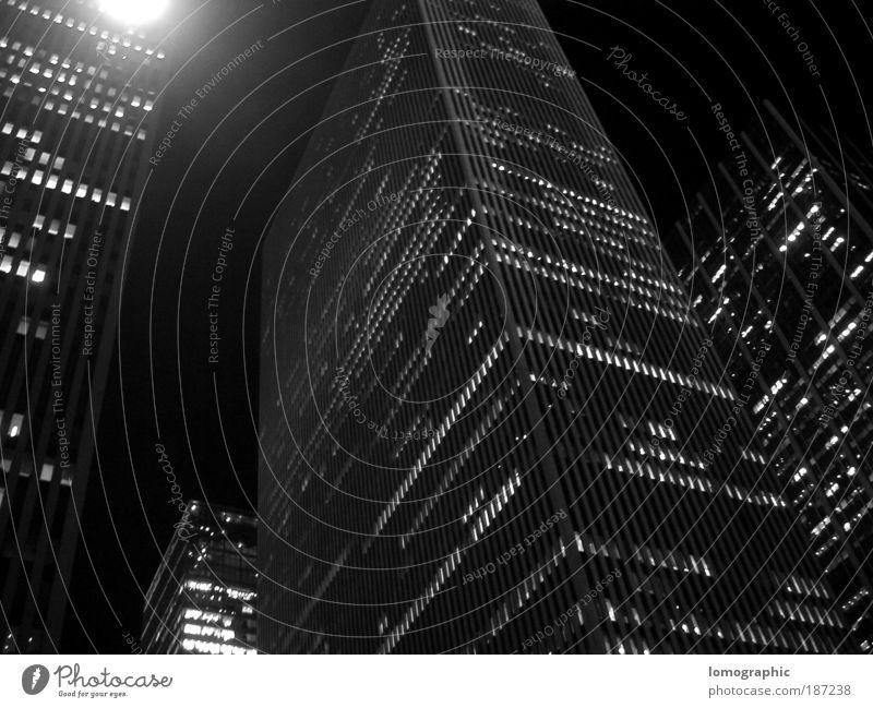 New York Nights New York City Haus Hochhaus Fassade Manhattan Schwarzweißfoto Außenaufnahme Strukturen & Formen Nacht Kontrast Froschperspektive Stadt