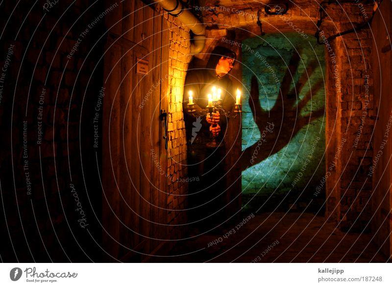 die schwarze hand Mensch Mann Hand Haus Erwachsene träumen Wohnung Angst maskulin Finger Häusliches Leben Kerze gruselig Todesangst Geister u. Gespenster Panik