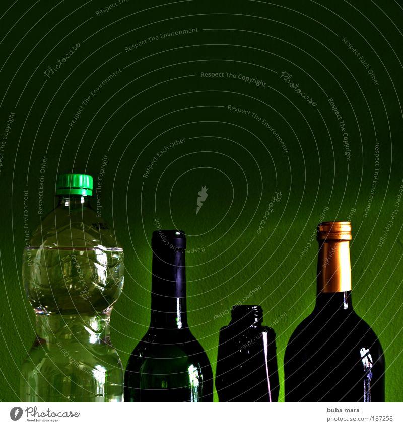 Flasche leer? Getränk Erfrischungsgetränk Alkohol Wein Lifestyle Häusliches Leben Wohnung Küche Qualität Wasser Rotweinflasche Weißweinflasche Skulptur Glas