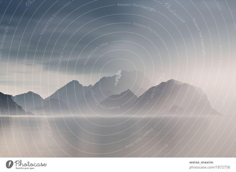 Bewölkte Lofoten-Inseln im Sommer. Norwegen nebligen Meer und Fjorde Himmel Natur Ferien & Urlaub & Reisen blau Landschaft Wolken Ferne Berge u. Gebirge Felsen