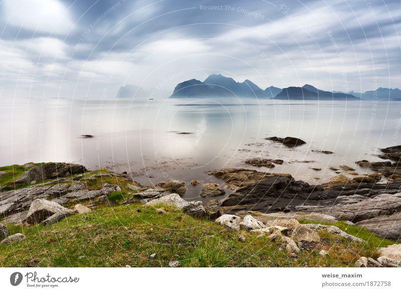 Bewölkte Lofoten-Inseln im Sommer. Norwegen nebligen Meer Himmel Natur Ferien & Urlaub & Reisen blau Landschaft Wolken Ferne Berge u. Gebirge Küste Stein
