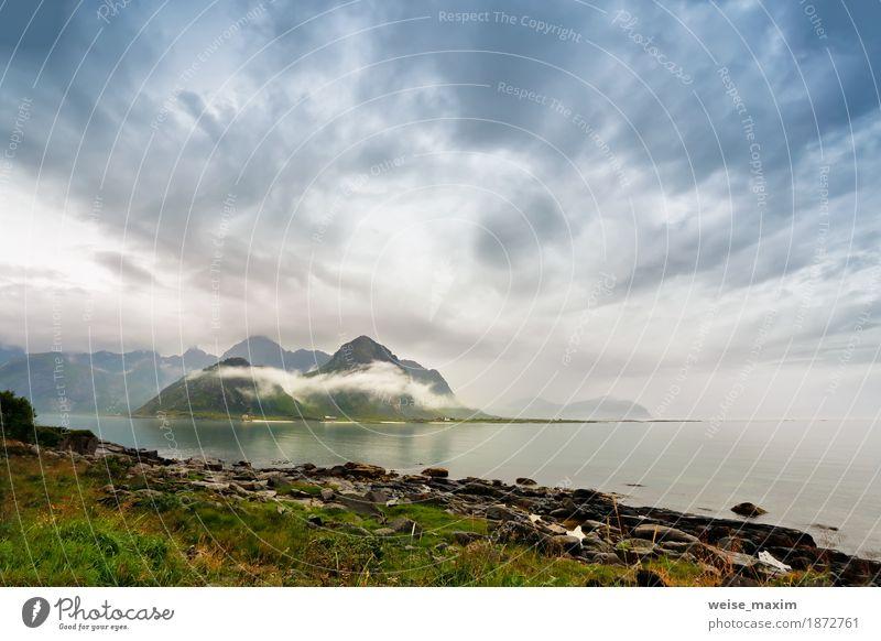 Norwegen Lofoten Inseln in Nebelwolken Himmel Natur Ferien & Urlaub & Reisen Sommer Meer Landschaft Wolken Haus Strand Berge u. Gebirge Lifestyle natürlich