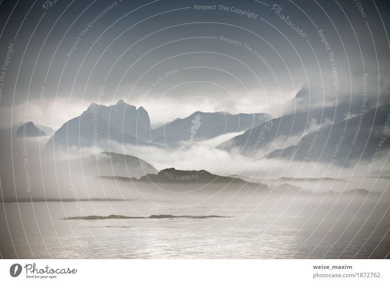 Küste von Norwegen Meer in Nebelwolken. Bewölktes Nordic Natur Ferien & Urlaub & Reisen Sommer Wasser Landschaft Wolken Ferne Strand Berge u. Gebirge Lifestyle