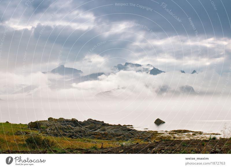 Küste von Norwegen Meer in Nebelwolken. Bewölkter nordischer Tag Himmel Natur Ferien & Urlaub & Reisen Sommer Landschaft Wolken Ferne Strand Berge u. Gebirge