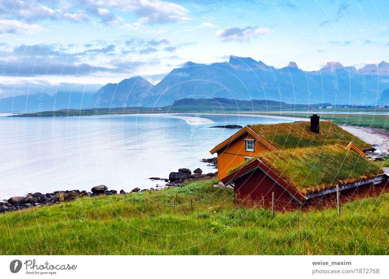 Norwegen Insel im Fjord. Bewölkter nordischer Tag Himmel Natur Ferien & Urlaub & Reisen Sommer grün Meer Landschaft Erholung Wolken Haus Ferne Strand