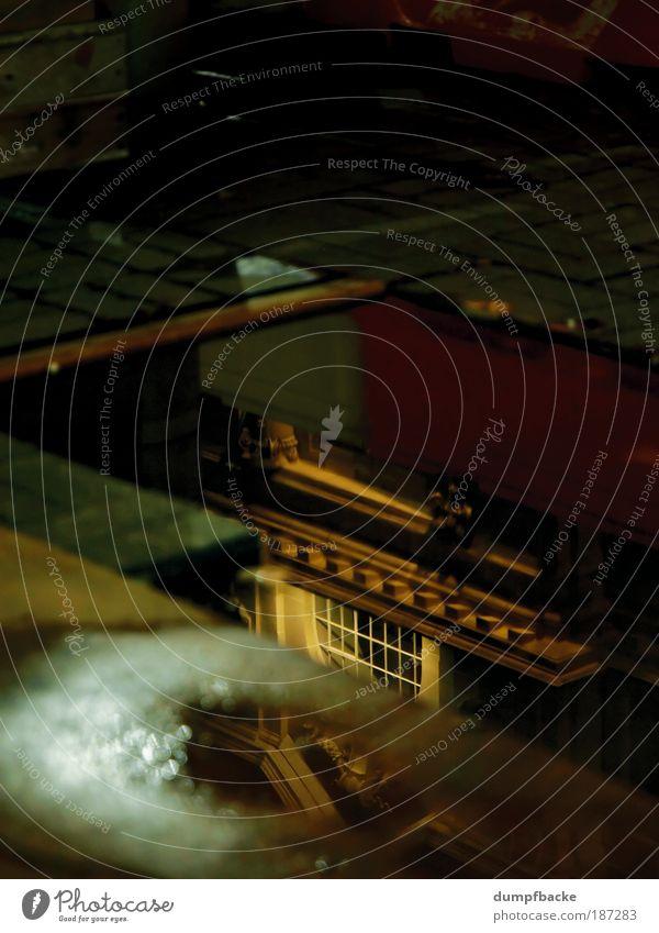 Regenpfütze alt Stadt gelb Straße Fenster Regen trist Bauwerk historisch Pfütze trüb Neuseeland Nachtaufnahme Fenstersims Auckland The British Commonwealth of Nations