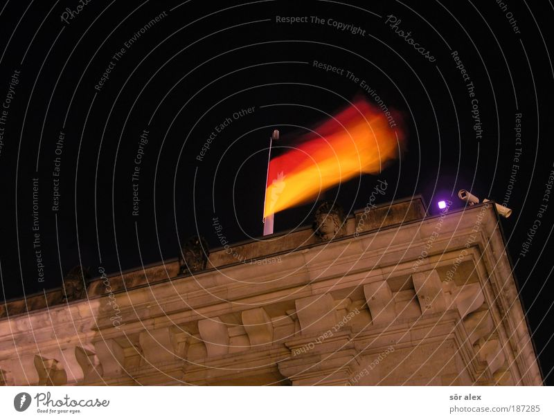 Staatskontrolle oder -sicherheit ? rot schwarz gelb braun gold Fassade Sicherheit Macht Dach Fahne Schutz Deutsche Flagge Denkmal historisch Wahrzeichen Kontrolle