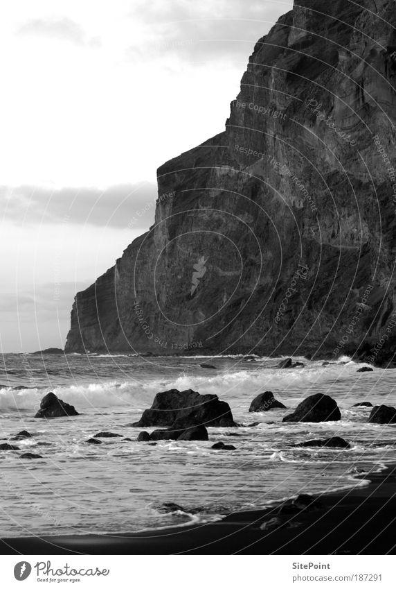Stille Wasser weiß Meer Strand ruhig schwarz Wolken Berge u. Gebirge Stein Sand Landschaft Küste Felsen Insel Bucht Tal
