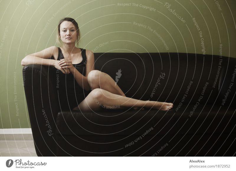 überblick Lifestyle elegant schön harmonisch Sofa Raum Junge Frau Jugendliche Gesicht Beine 18-30 Jahre Erwachsene Unterwäsche Top Barfuß brünett langhaarig