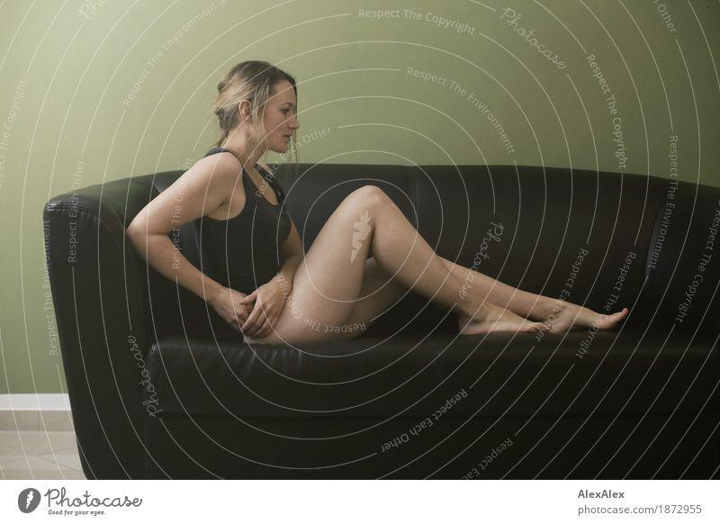 besetzung der couch schön harmonisch Sofa Junge Frau Jugendliche Beine Fuß 18-30 Jahre Erwachsene Unterwäsche Top Barfuß blond langhaarig sitzen warten