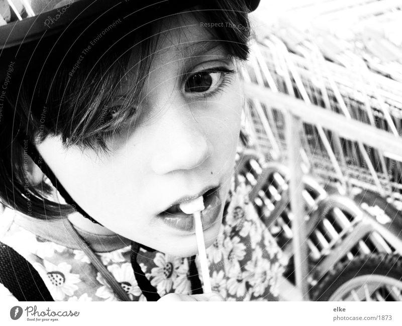 lollipop oder das was noch übrig ist Mädchen Kind Fahrradhelm Lollipop Ernährung Schwarzweißfoto
