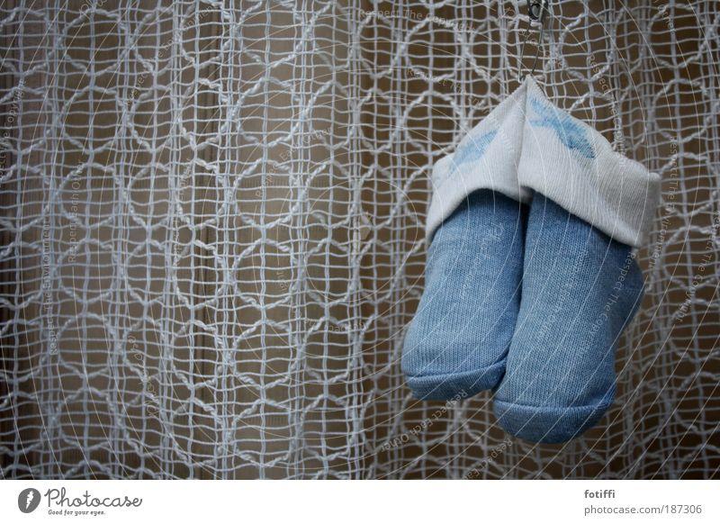 Zeig her deine Schühchen blau weiß Glück klein Kindheit Fröhlichkeit Schuhe niedlich Freundlichkeit Hoffnung Stoff hängen Fensterscheibe Gardine kuschlig